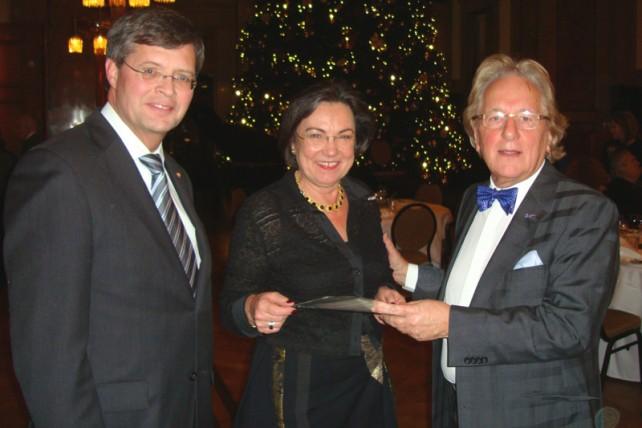 Prof. Anton van der Geld overhandigt het juryrapport van de Muzeprijs aan oud-Tweede Kamervoorzitter Gerdie Verbeet, onder toeziend oog van oud-premier Jan-Peter Balkenende.