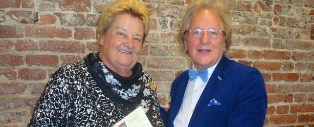 Oud-staatssecretaris Erica Terpstra, Bourgondiër 2014, ontvangt het juryrapport van Anton van der Geld