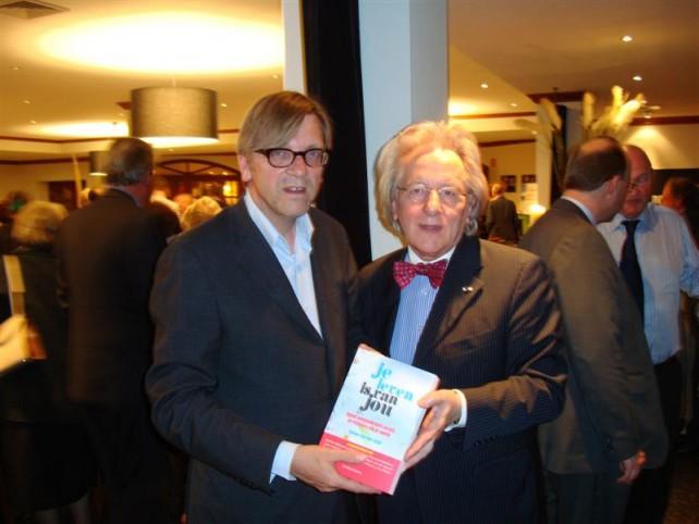 Boekoverhandiging van prof. Anton van der Geld aan premier Guy Verhofstad van België
