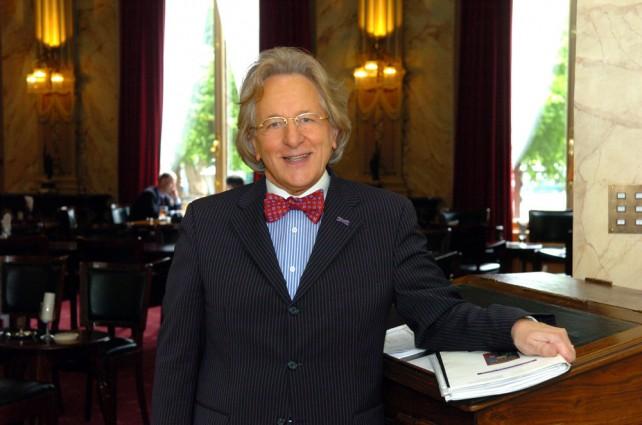 Prof. Anton van der Geld aan het werk in sociëteit De Witte aan het Plein in Den Haag