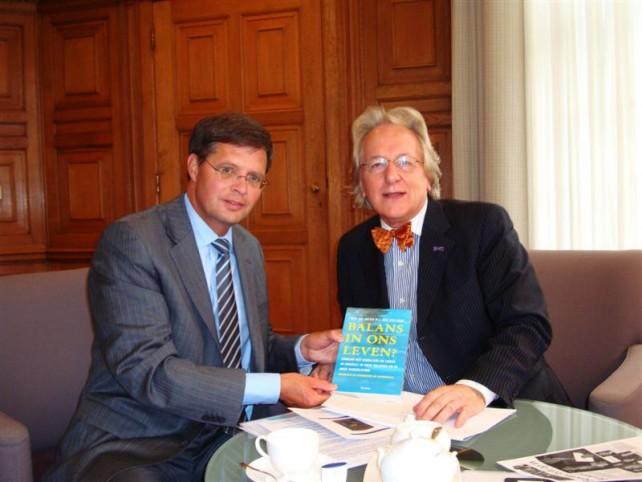 In het Torentje: aanbieding van het boek van prof. Van der Geld aan premier Jan Peter Balkenende