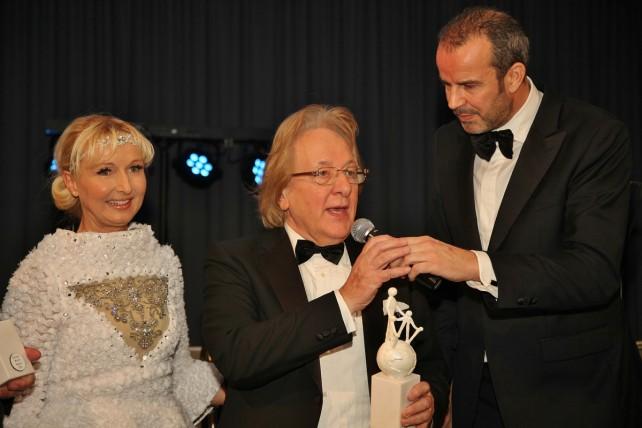 Presentatrice Annette Wijdom, prof. Anton van der Geld met de Award, hoofdredacteur Paul van der Linden (BNR)