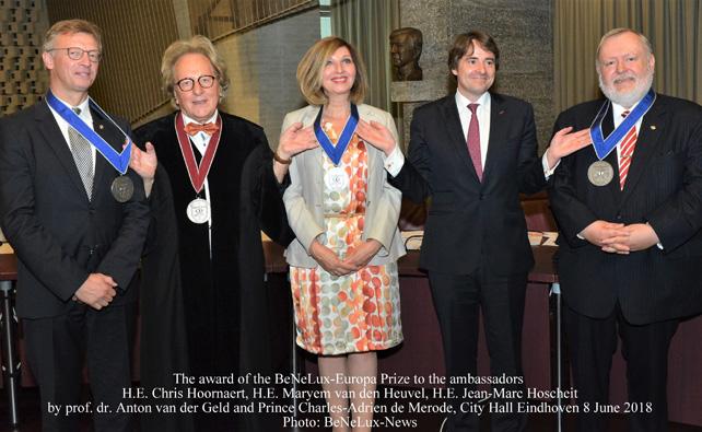 Prof. dr. Anton van der Geld en Prins Charles-Adrien de Merode reiken de Benelux-Europa-Prijs uit aan de ambassadeurs Z.Exc. Chris Hoornaert, H.Exc. Maryem van den Heuvel en Z.Exc. Jean-Marc Hoscheit.